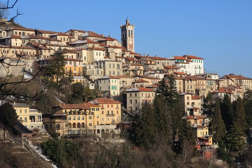 Il Sacro Monte preso d'assalto: il Comune chiude la strada per evitare assembramenti