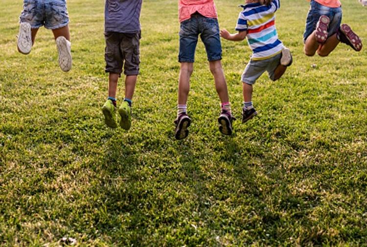 Giochi nei parchi e campi estivi: ecco il documento ufficiale con le linee guida per fare divertire in sicurezza bimbi e adolescenti