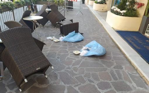 Coronavirus, ribellione negli alberghi in quarantena ad Alassio: pasti lanciati fuori dalla porta