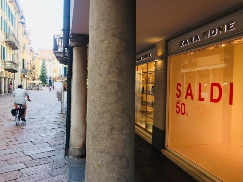 free shipping 23e84 89d8f Abbigliamento made in Italy al posto di Zara Home. In corso ...