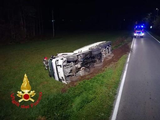 FOTO. Mornago, incidente sulla Provinciale 43: camion esce di strada e si ribalta
