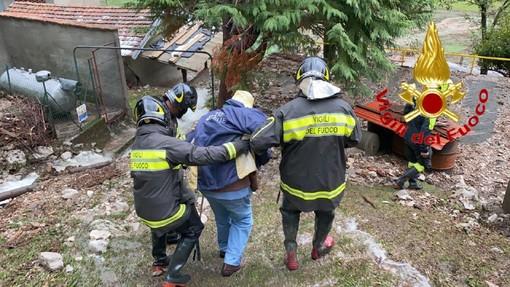 VIDEO. Nuova tempesta d'acqua: a Castelveccana i vigili del fuoco salvano due persone dalla casa invasa dal fango