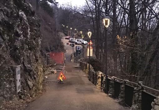 Il varco pedonale aperto nell'area del cantiere nella foto di Livio Lonati