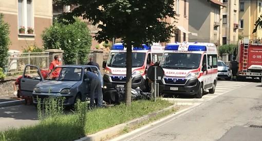 Scontro tra una scooter e un'auto in via Crispi: due persone soccorse