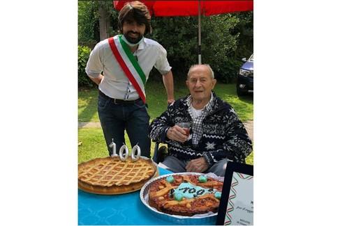 Il sindaco di Besano festeggia i cent'anni di Mario Casartelli, custode del tempo e dei valori della vita