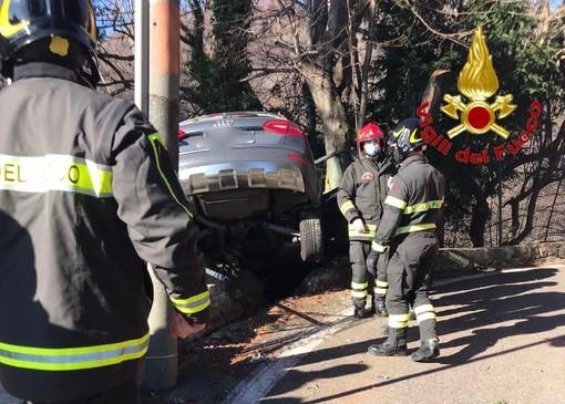 Paura sulla strada del Sacro Monte: auto esce di strada e resta in bilico sul precipizio
