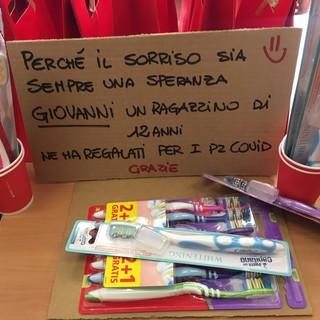 Giovanni ha voluto regalare spazzolini da denti ai malati Covid. Con questo significato (foto della pagina Facebook dell'Asst Valle Olona)