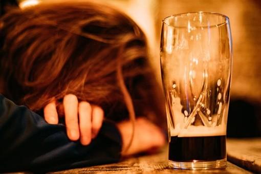 Varese, ancora alcol e giovanissimi: ragazzina soccorsa in piazza Repubblica per intossicazione etilica