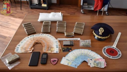 In casa aveva 22 panetti di hashish e cinquemila euro in contati: incensurato arrestato dalla polizia di Gallarate