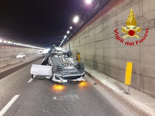 Scontro in galleria sulla statale di Malpensa: auto si ribalta, quattro feriti