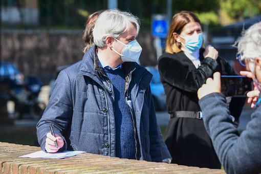 Il sindaco Galimberti firma il manifesto per la sua ricandidatura a sindaco: sullo sfondo Ivana Perusin (foto Galbiati)