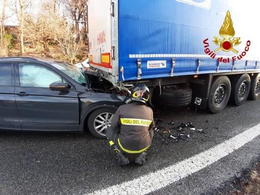 Carambola sulla superstrada Vergiate-Besozzo: si scontrano due auto e un camion