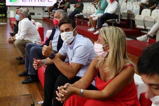 Javier Zanetti sui divanetti dell'Enerxenia Arena applaude, insieme alla moglie Paula, la prova mostruosa dell'amico Luis Scola (foto Alberto Ossola - Pallacanestro Varese)