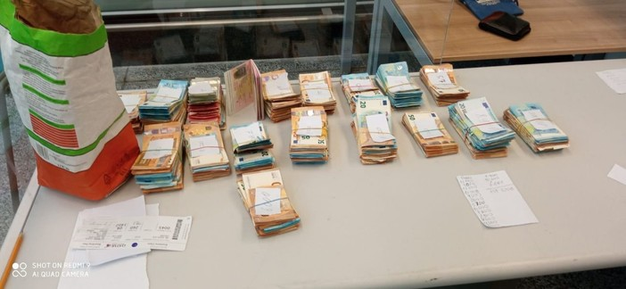 Malpensa, nel sacco di farina di un passeggero spuntano mazzette di soldi per 139mila euro