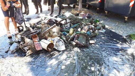 FOTO. Un cumulo di rifiuti ripescati dal lago Ceresio: «La prossima volta portateli a casa vostra»