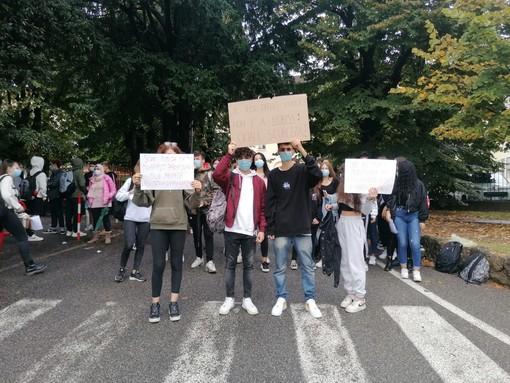 Presidio degli studenti davanti al liceo Manzoni di Varese: «Più sicurezza contro il Covid»