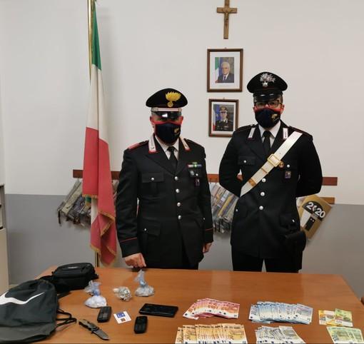 Spaccio nei boschi tra Viggiù e Cantello, i carabinieri trovano due zaini con droga e contanti