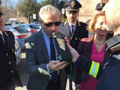 Il questore Giovanni Pepè prova il nuovo etilometro donato da Alfredo Ambrosetti