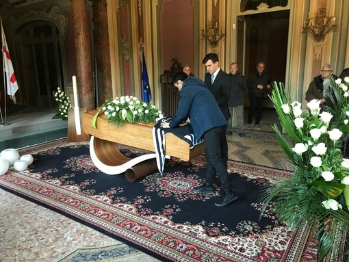 Gianluca Anastasi posa la maglia della Juventus sul feretro del padre Pietro
