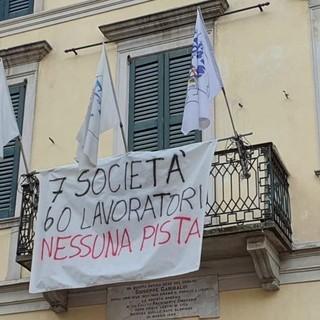 Striscione della Lega Giovani sul palaghiaccio: «7 società, 60 lavoratori, nessuna pista»