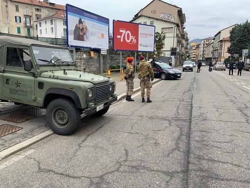 FOTO. Coronavirus, a Varese arriva l'esercito: in via Magenta posti di blocco di carabinieri e bersaglieri. Controlli anche sugli autobus