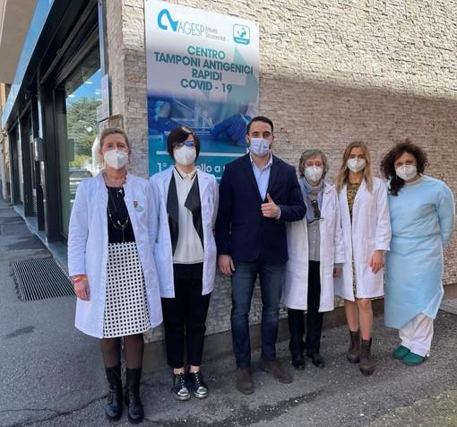 Alessandro Della Marra con le farmaciste della comunale 1 di viale Rimembranze dove è attivo il nuovo centro tamponi