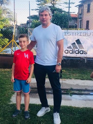 Sean Sogliano gioca a calcio con i piccoli dell'Accademia Varese
