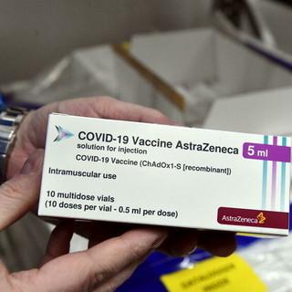 Lombardia, la Regione blocca in via cautelativa il richiamo con un vaccino diverso a tutti gli under 60 già vaccinati con una prima dose di Astrazeneca