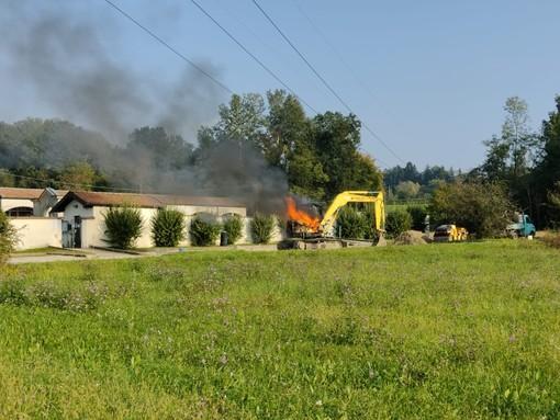 VIDEO E FOTO. Escavatore in fiamme nel cantiere del parcheggio del cimitero, a Capolago arrivano i vigili del fuoco