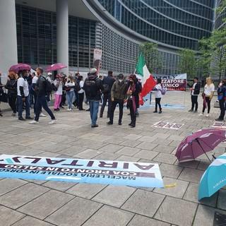 VIDEO E FOTO. I lavoratori di Air Italy ancora in piazza: bloccate le strade attorno alla sede della Regione