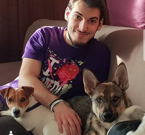 Alberto Nicora, 25 anni, neo coordinatore della Lega Giovani di Varese con i suoi Hendrix e Kida. Nella foto sotto l'articolo con i giovani leghisti varesini