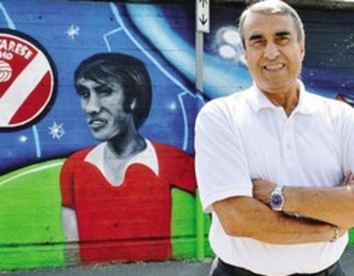 Anastasi di fronte al murales in suo onore sulle mura esterne del Franco Ossola