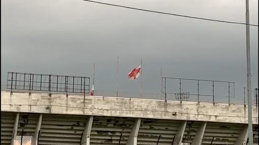 Una bandiera biancorossa sul pennone dei distinti allo stadio Franco Ossola, attualmente inagibili. Pensiamo a riaprirli, prima che al grande calcio