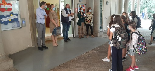 Promosso il primo giorno di scuola a Casciago. Il sindaco Reto ha accolto alunni, genitori e personale: «Trasmettiamo sicurezza ogni giorno ai nostri figli»