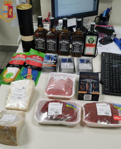 Varese, fanno la spola dentro e fuori il supermercato per rubare whisky e non solo: denunciati