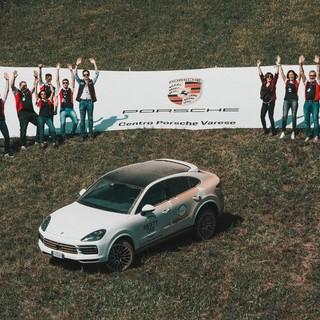 Lo staff di Centro Porsche Varese, pronto a dare una mano alla Caritas Ambrosiana insieme ai clienti (foto archivio)
