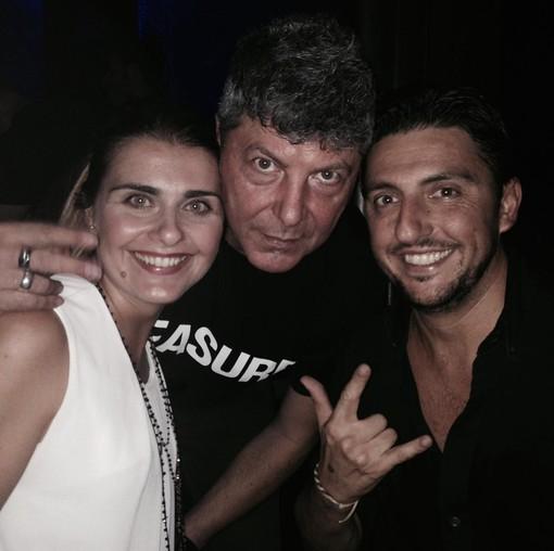 Thomas Valentino e la moglie Silvia insieme al grande dj e amico Claudio Coccoluto (al centro): uno scatto che resterà nel cuore di chi ha conosciuto da vicino l'uomo dietro l'artista