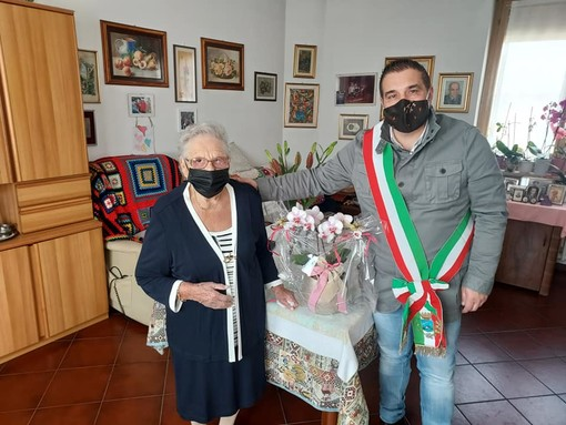 Compleanno speciale a Cadrezzate: nonna Regina compie 102 anni