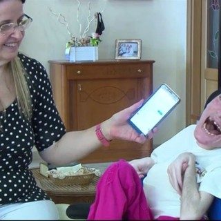 Mamma Concettina fa ascoltare la voce di Laura Pausini alla sua Mariangela, che sorride. Mariangela se ne è andata a 33 anni per colpa del Covid perché non le è stata considerata alcuna priorità per la vaccinazione