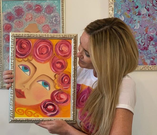 """Emanuela Carnini con il suo dipinto """"Donna delle rose"""""""