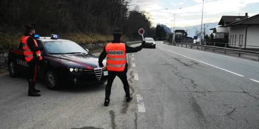 Castelveccana, una bravata che costerà cara: un'auto con a bordo 4 giovanissimi sfreccia all'alt dei carabinieri
