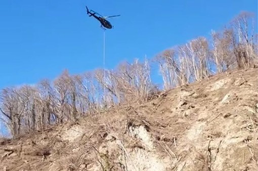 VIDEO. L'elicottero sopra Vararo di Cittiglio oggi al lavoro per rimuovere gli alberi abbattuti dal maltempo di fine settembre