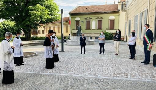 L'incontro con il sindaco e i consiglieri comunali di Gorla Maggiore. Sotto: i bambini dell'asilo cantano per don Valentino Viganò