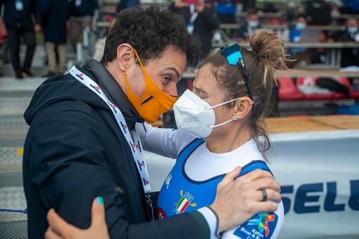 Nello scatto di Alessandro Galbiati l'abbraccio di Matteo Cesarini alla sorella Federica appena scesa dalla barca