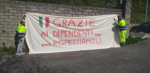FOTO Lo striscione della Protezione Civile di Caravate per i commercianti del paese: «Grazie»