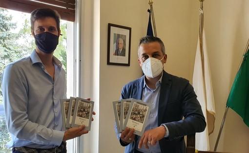 Cassano, l'azienda Pellegrini dona venti libri sul dialetto milanese alla biblioteca