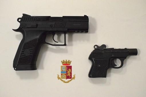 Trovato in viale Belforte con oltre 43mila franchi, droga, coltelli e due pistole in auto: cittadino svizzero arrestato