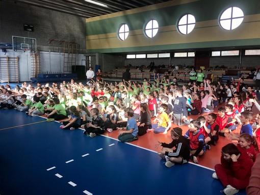 """""""Divertirsi con lo sport"""", a Caronno Varesino una mattinata di giochi e sorrisi per 300 piccoli studenti FOTO"""