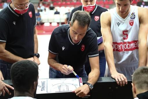 Massimo Bulleri durante uno dei suoi primi timeout all'Enerxenia Arena nella foto di Alberto Ossola - Pallacanestro Varese
