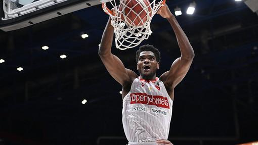 Basket, ora è ufficiale: Egbunu rinnova con la Pallacanestro Varese. «Felice di tornare»